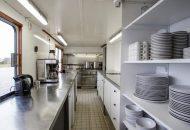 Keuken met keukeninventaris van Hotelschip It Beaken