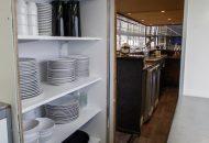 Doorkijk van keuken naar salon in Hotelschip It Beaken