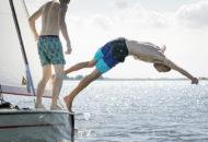 Foto van jongen die van een Polyvalk het water in duikt