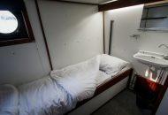 Hut met 2 eenpersoons bedden en wastafel in Hotelschip It Beaken
