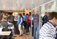 Mensen staan gezellig te praten in Hotelschip It Beaken