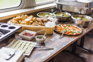 Stokbrood, kruidenboter en salades in buffet vorm op tafel