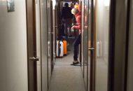 Gang met aan weerszijden hutten van Hotelschip