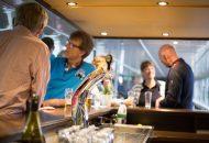 Pratende mensen aan de bar van een hotelschip