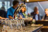 Doorkijk van bar met tap en glazen op Hotelschip It Beaken