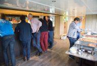Bar en buffet op Hotelschip met pratende mensen