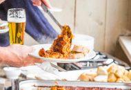 Buffet met bord lasagne op Hotelschip It Beaken