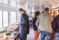 Mensen staan gezellig met elkaar te praten, drinken, eten in Hotelschip It Beaken