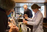 Bier tappen en aan de bar zitten in Hotelschip It Beaken - Ottenhome Heeg