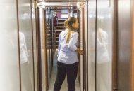 Gang met aan weerszijden hutten van Hotelschip It Beaken