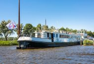 Grote hotelboot afgemeerd aan kade