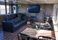 Loungebank en zithoek met tv op groot schip