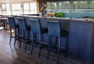 Bar met 4 barkrukken in groot schip