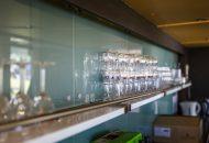 Glazen op rij achter bar van hotelschip