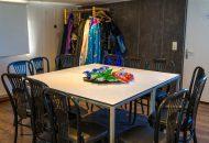 Tafel met rondom stoelen en zakjes chips in het midden
